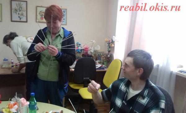 в ГУ ЛНР «Центр комплексной реабилитации инвалидов» состоялся творческий мастер-класс по плетению изделий из бумажной лозы