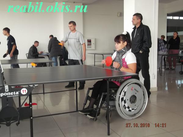 девочка на коляске играет в теннис