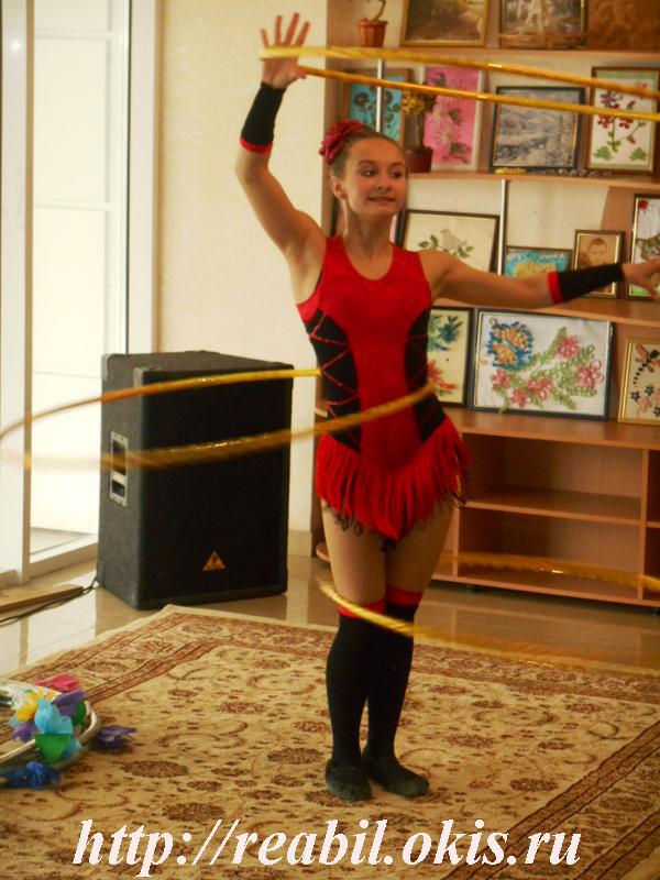 Цирковые номера были представлены жонглированием, акробатикой, эквилибром на катушках, игрой с обручами, гимнастикой